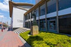 Buiten de bouwbibliotheek Luis Angel Arango van Bogota royalty-vrije stock afbeeldingen