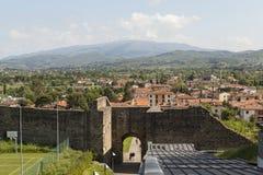 Buiten de poorten van de stad, de vestingsmuur Arezzo Italië stock foto
