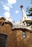 Buiten de toren met een fantastisch die gebouw door Gaudi in Barcelona, Spanje wordt ontworpen Royalty-vrije Stock Fotografie