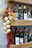 Buiten een Italiaanse kruidenierswinkelwinkel in Luca, Italië stock foto's