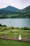 Buiten hangt de huwelijks bruids kleding De mening van het meer Landschap royalty-vrije stock fotografie