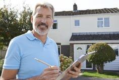 Buiten het Huisverbetering van bouwerspreparing estimate for stock foto