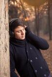 Buiten het luisteren aan Muziek Stock Foto