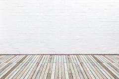 Buiten houten decking vloer en witte bakstenen muur Abstract Dec Stock Afbeelding