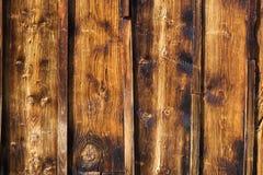 Buiten houten rustieke muur die met het met panelen bekleden wordt behandeld stock fotografie