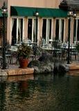 Buiten koffie op waterenrand Royalty-vrije Stock Foto's