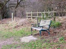 buiten leeg eenzaam de herfstplatteland van de parkbank Stock Foto