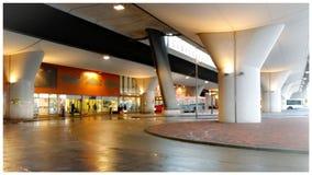 Buiten multy functionele Metro en treinrailstation in Amsterdam stock afbeelding
