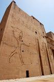 Buiten muur bij Tempel Edfu in Egypte. Stock Foto
