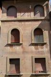 Buiten rode muur van de oude bouw met vensters Royalty-vrije Stock Afbeeldingen
