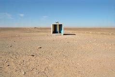 Buiten toilet in woestijn Stock Foto's