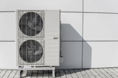 Buitenairconditioningseenheid op een muur stock afbeelding
