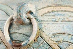 Buitendetail van de blauwe geschilderde uitstekende kleipot met gekrast metaalhandvat royalty-vrije stock fotografie