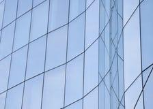 Buitendetail van de glasvoorgevel van een bureaugebouw Stock Foto