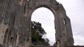 Buitendetails van priorij van Beaumont le Roger, Normandië Frankrijk, SCHUINE STAND stock video