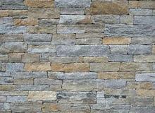 Buitendiemuur van de verschillende bakstenen van het vormennatuursteen, met bruin en grijze kleuren wordt gemaakt Achtergrond en  stock fotografie
