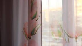 BuitendieZonsondergang door roze gordijnen wordt versneld stock video