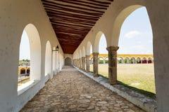 Buitengang in het Izamal-klooster stock fotografie