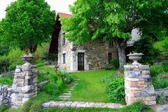 Buitengewone oude huis en tuin Royalty-vrije Stock Foto's