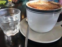 Buitengewoon brede cappuccino Stock Foto