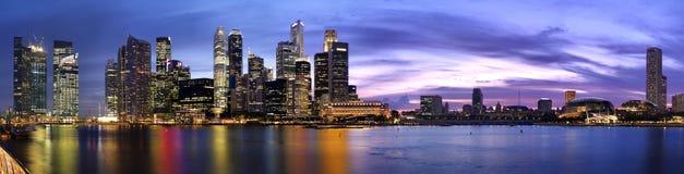 Buitengewoon brede Panoramische pic van de schemer van Singapore Royalty-vrije Stock Foto's