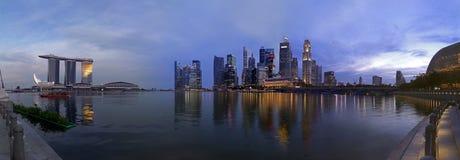 Buitengewoon brede pic Paranoma van Singapore bij schemer Stock Foto