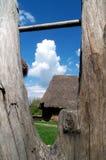 Buitenhuis dat door houten omheining wordt gezien stock fotografie