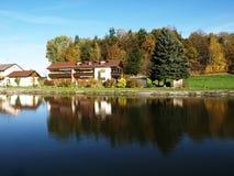 Buitenhuis in de herfst Stock Afbeelding