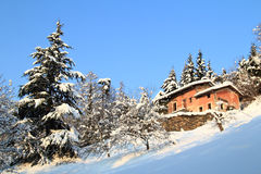 Buitenhuis in de sneeuw Stock Foto