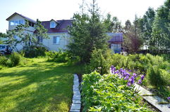 Buitenhuis in de zomerochtend Royalty-vrije Stock Foto's