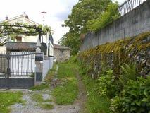 Buitenhuis met druiveninstallatie tegenovergesteld in het dorpsnoorden van Galicië stock afbeelding