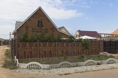 Buitenhuis met een wapenschild en een inschrijving op de voorgevel` Eer en Moed boven het Leven ` in Vitino Villaget, de Krim Royalty-vrije Stock Foto's