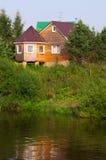 Buitenhuis op de bank van een reservoir Royalty-vrije Stock Fotografie