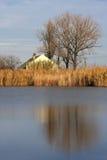 Buitenhuis op het meer stock foto's