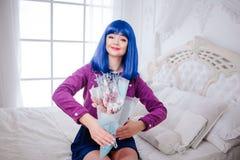 Buitenissige manier De glamour die synthetisch meisje glimlachen, valse pop met blauw haar houdt boeket van bloemen terwijl het z royalty-vrije stock afbeelding