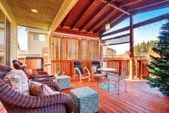 Buitenkant behandeld terras met meubilair stock afbeeldingen