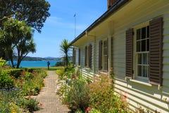 Buitenkant en tuin van het Verdragshuis, Waitangi, Nieuw Zeeland stock afbeelding