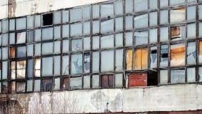 Buitenkant met gebroken vensters van een industrieel gebouw Royalty-vrije Stock Afbeeldingen