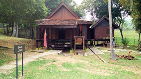 Buitenkant van antiek Etnisch Maleis huis stock fotografie