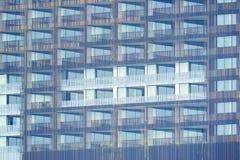 Buitenkant van de bouw met vele vensters van het balkonterras stock foto's