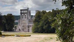 Buitenkant van de geruïneerde abdij van Jumieges, Normandië Frankrijk stock footage