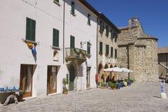 Buitenkant van de middeleeuwse stadsgebouwen van San-Leeuw in San-Leeuw, Italië Stock Fotografie