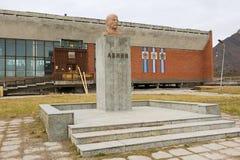 Buitenkant van de mislukking van Lenin in de verlaten Russische noordpoolnederzetting Pyramiden, Noorwegen stock foto's