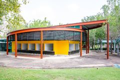 Buitenkant van de Oranje Winkel van de Restaurantkoffie in de Koninklijke flora garde stock fotografie
