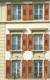 Buitenkant van de oude bouw met veel vensters Stock Fotografie