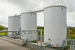 Buitenkant van de tanks van de olieopslag stock afbeelding