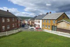 Buitenkant van de traditionele huizen van de stad van kopermijnen van Roros in Roros, Noorwegen Stock Foto's