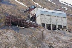 Buitenkant van de verlaten noordpoolkolenmijngebouwen in Longyearbyen, Noorwegen Stock Foto's