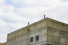 Buitenkant van een gevormd concrete plakgebouw met zijopeningen royalty-vrije stock fotografie
