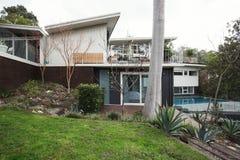 Buitenkant van een groot midden van de eeuw modern Australisch huis met pool stock fotografie